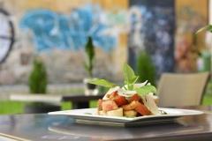 Pokrm bruschetta al pomodoro připravený v restauraci a vinném baru CP1 v Praze 1