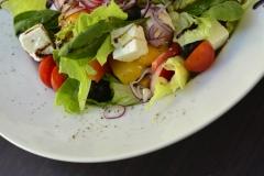 Pokrm řecký salát připravený v restauraci a vinném baru CP1 v Praze 1