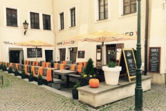 Posezení na letní zahrádce restaurace CP1 v Praze 1